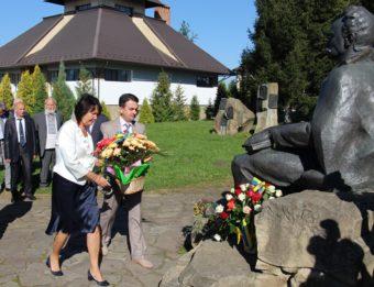 Nadiya Skotna and Volodymyr Sharan laying flowers to the monument of Ivan Franko (Nahuyevychi)