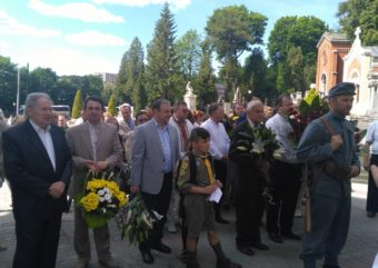 Laying flowers at the grave of Ivan Franko (Lychakiv Cemetery, Lviv)
