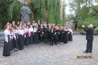 Gaudeamus and Youth Choir of Dresden jointly perform Great and Only God, save Ukraine for us after the concert in the square