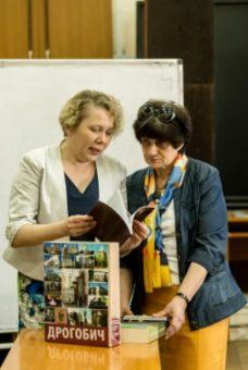 Vira Meniok presents the publication of Polonian Center to prof. Kalina Bahneva