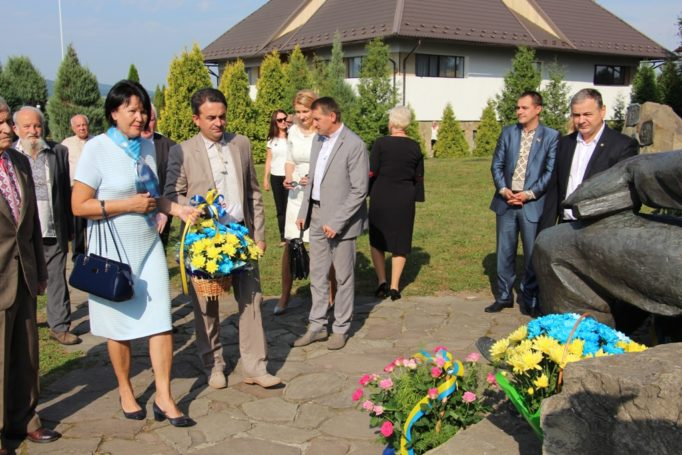 Rector Prof. Nadia Skotna and vice-rector for scientific and pedagogical activities Assoc. Prof. Volodymyr Sharan lay flowers at the foot of Ivan Franko's monument (village of Nahuyevychi).