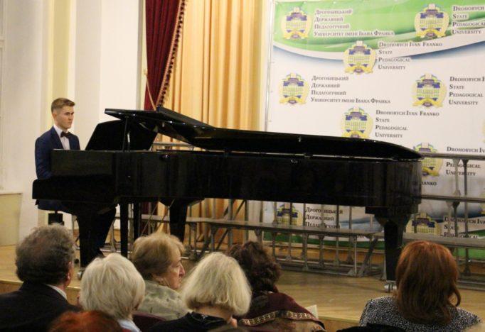 Performance by the teacher of pedagogical education Roman Khrypun
