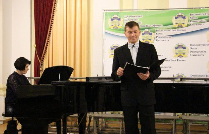 Teacher Andriy Bozhensky sings (concertmaster - Natalia Dzondza)