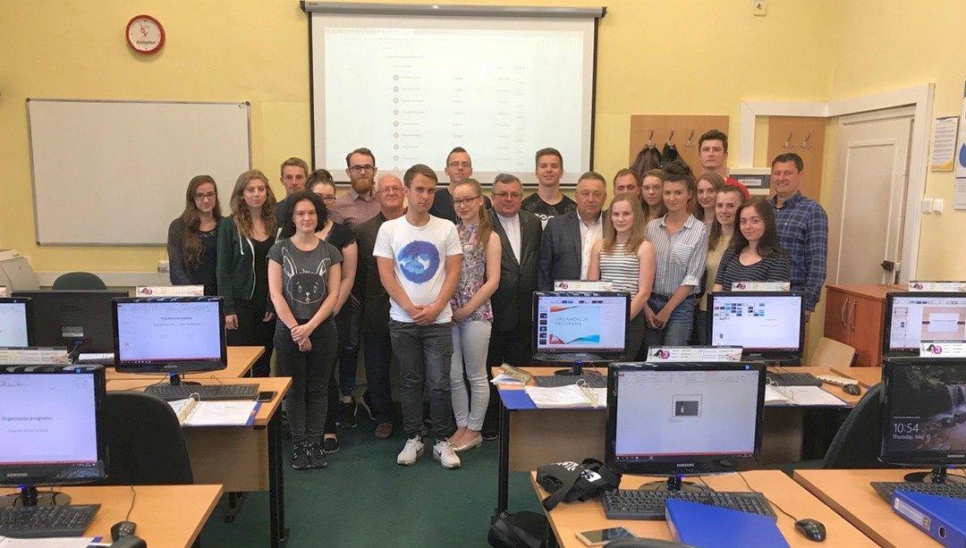 Ксьондз, проф. Адам Подольський і проф. Лук'янчеко М.І. зі студентами