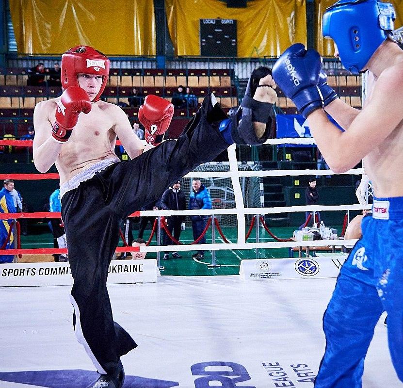 Чемпіон України з кікбоксінгу Павляк Олег зліва