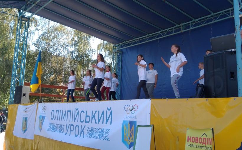 Студенти інституту фізичної культури і здоров`я проводять розминку#DoLikeOlympians