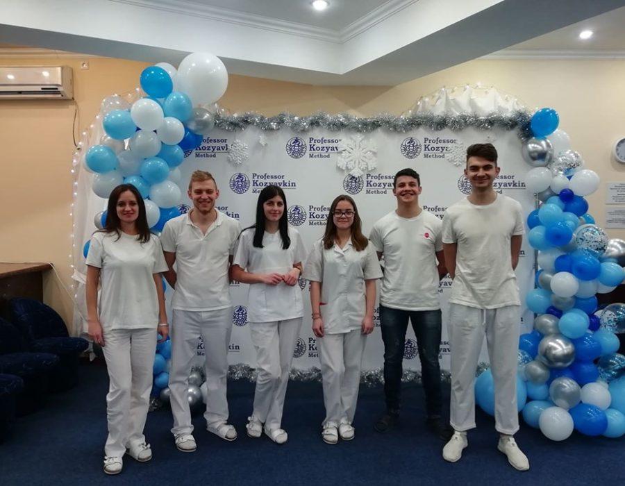 Справа студенти Дмитро Дужий та Ігор Явір з командою фізичних терапевтів клініки