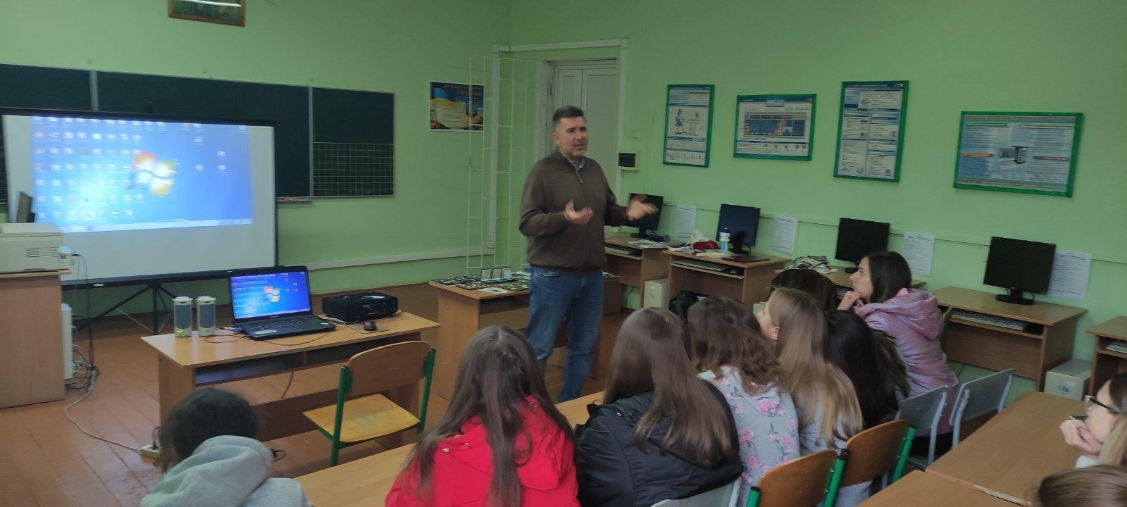 Олександр Лемешко проводить зустріч з учнями Добромільскої НВК