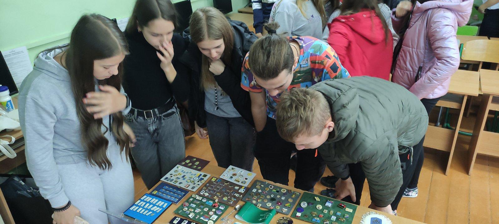 Учні ознайомлюються з олімпіською атрибутикою
