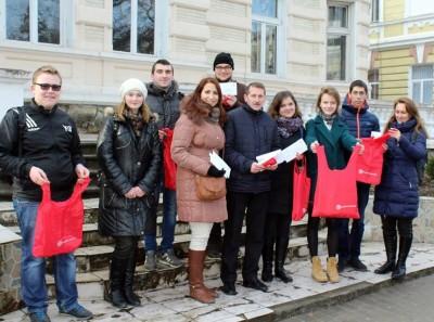 Голова міста Дрогобича (в центрі) Тарас Кучма разом із студентами університету