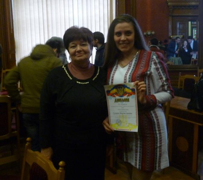 На фото: доцент Світлана Монастирська та Гункевич Мар'яна після вручення диплому