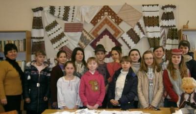 Керівник лабораторії доц. Надія Кузан (перша зліва)  з учнями школи