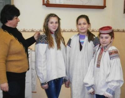 Школярі із великим захопленням приміряли старовинні бойківські сорочки з колекції Мирослави Кот
