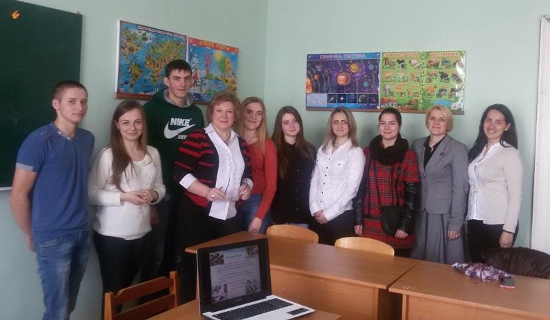 професор С. Щудло, доцент І. Мірчук зі студентами секції соціологія
