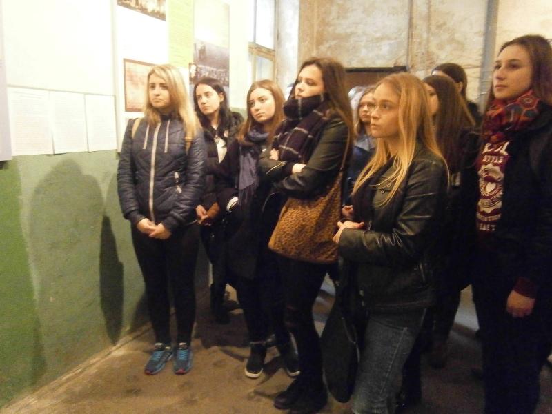 Студенти історичного факультету  під час екскурсії музеєм-меморіалом «Тюрма на Лонцького»
