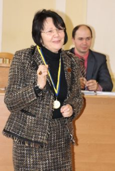 Ректор професор Надія Скотна отримала нагороду за перемогу збірної команди університету в футзальному турнірі