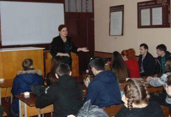 Доцент Світлана Біла ознайомлює учнів ЗОШ № 16 з процесом навчанням на історичному факультеті