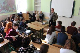 Доцент Світлана Біла вітає учнів на конференції