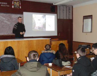 Про археологічні знахідки розповідає учням ЗОШ № 16 викладач Василь Менько