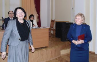 Ректор професор Надія Скотна вітає професора Тетяну Логвиненко
