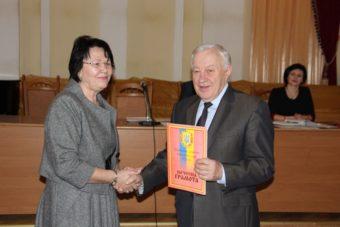 Ректор професор Надія Скотна нагороджує професора Степана Дацюка