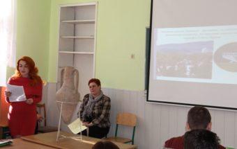 Студентка Аліна Звіринська ознайомлює учнів з історією міста Трускавець