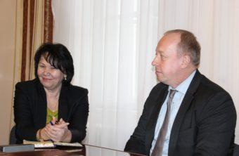 Ректор професор Надія Скотна та менеджер Програми НАТО-Україна з перепідготовки військовослужбовців Крістофер Штаудт