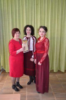 Чемерис Наталія, Чопик Світлана отримують грамоту за ІІ місце від професора Марії Федурко
