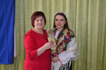 Іванець Ярина (ІІІ місце) і професор Марія Федурко