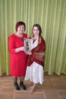 Переможницю Ірину Мотиль вітає професор Марія Федурко