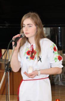 Студентка Ольга Федьович читає вірш «Пливуть човни…»