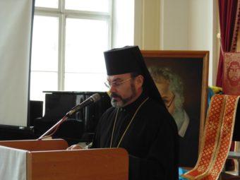Уділяє архієрейське благословення владика Ярослав Приріз