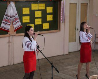 Виступ гостей свята із соціально-гуманітарного факультету Уляни Барило та Ірини Навроцької