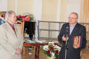 Від імені директорів інститутів та деканів факультетів ювіляра вітає професор Леонід Тимошенко