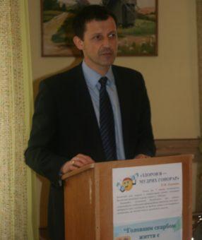 Декан факультету фізичного виховання Р.Чопик під час обговорення доповідей