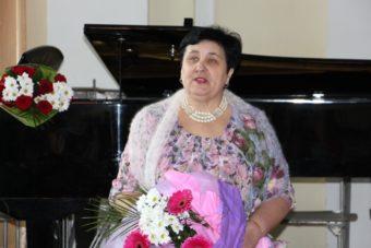 Професор Прикарпатського національного педагогічного університету ім. В. Стефаника Ганна Карась вітає ювіляра