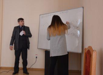 Доцент Роман Кубай слідкує за розв'язанням задачі