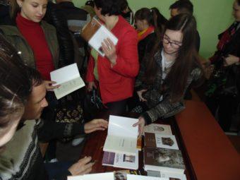 Мирослав Дочинець підписує книги напам'ять
