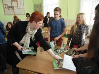 Доцент Світлана Біла нагороджує переможців турніру