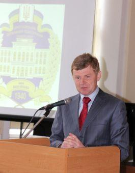 Доповідь виголошує завідувач кафедри історичного краєзнавства ЛНУ ім. І. Франка професор Віктор Голубко