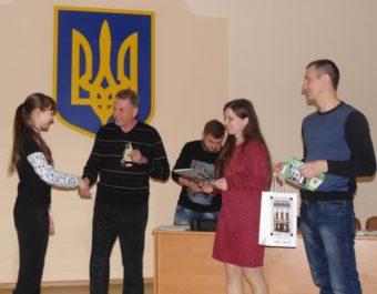 Голова профкому студентів Ігор Гівчак нагороджує переможців