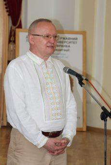 Професор Леонід Тимошенко вітає студентів-випускників історичного факультету