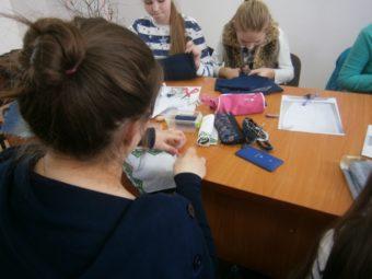 Учні проектують сумки та прикраси з бісеру