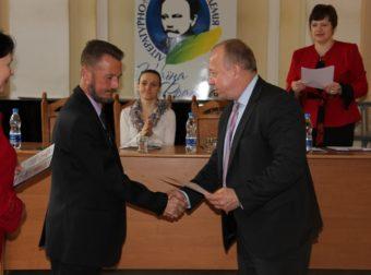 Вручення свідоцтва про навчання учаснику АТО майору Олегу Кіндратіву