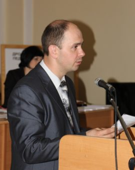 Доцент Микола Галів представляє для обговорення вченою радою конкурсних справ на посаду завідувачів кафедр