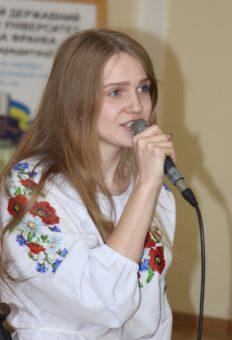 Виступає студентка історичного факультету Тамара Дуда