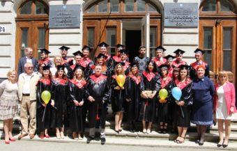 Випускники 2017 року разом із викладачами історичного факультету