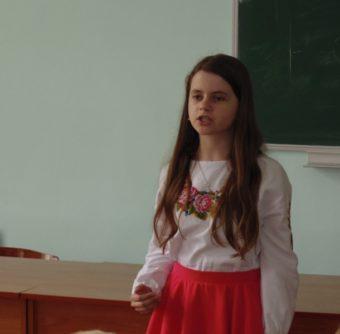 Декламує поезію Івана Франка учасник вікової групи 7 – 9 класи
