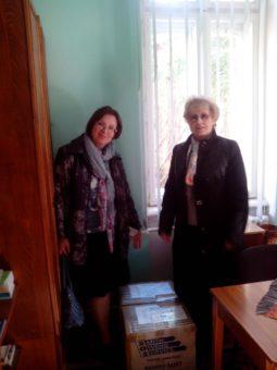 Директор бібліотеки Марія Дмитрів та доцент Лідія Тиміш із подарованими книгами подружжя Ірини і Романа Круцьків з Австралії