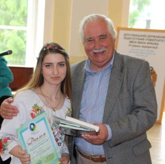 Студентка Ірина Мотиль отримує диплом за зайняте ІІ місце у конкурсі